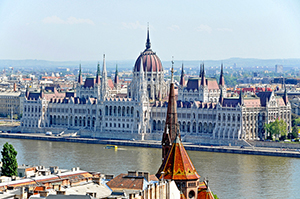 © Dennis Jarvis – View of Hungarian Parliament – Flickr, creative commons