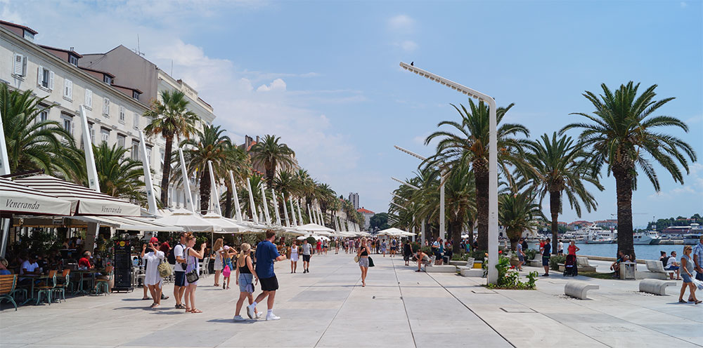slenteren over de boulevard Riva in Split